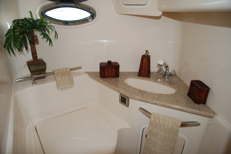 SeaRayPhotosGuestBathroom2